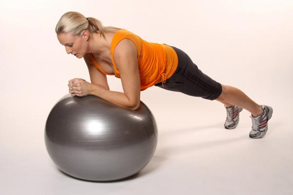 Комплекс упражнений на фитболе (удержание на локтях)