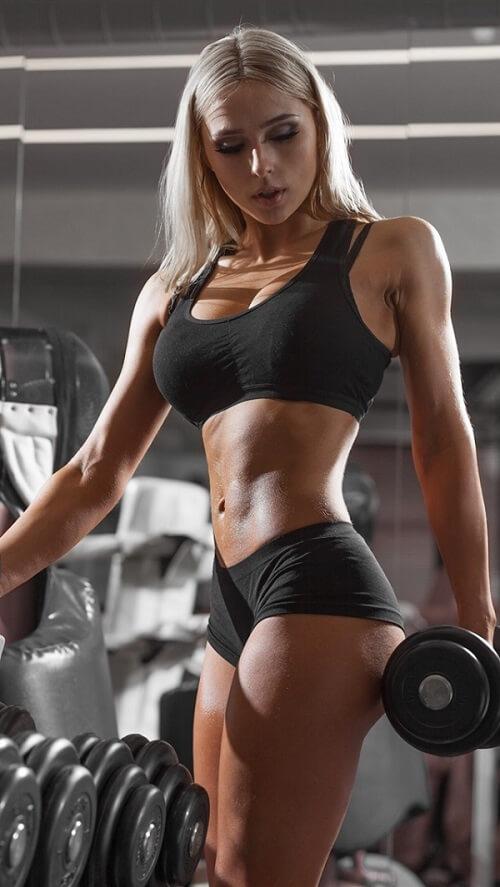 Спортивная девушка с гантелей